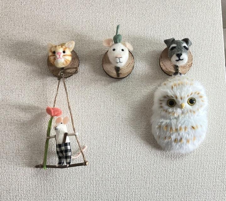 事務所壁のマスコット人形