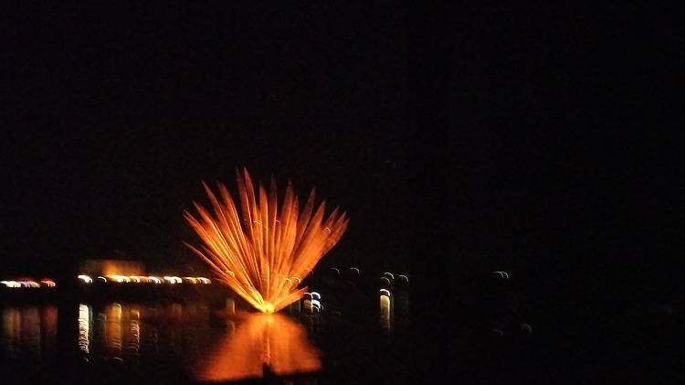 岐阜県加茂郡川辺町の水中花火