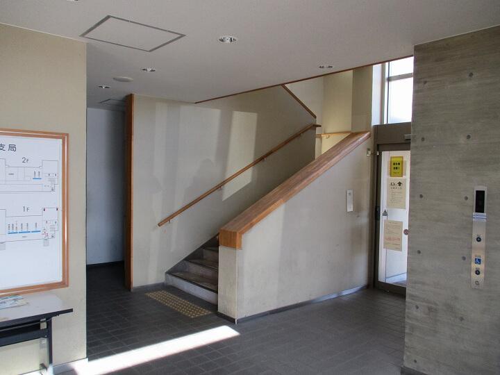 2階への階段:奈良運輸支局輸送窓口